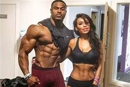 同是健身达人,乌利塞斯与肌肉熊猫的另一半身材出色,而他却相反