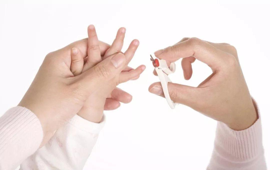 怎样给宝宝剪指甲 给宝宝剪指甲的注意事项