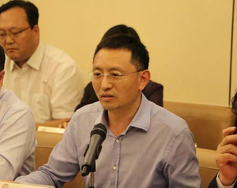 三盛宏业集团总裁王巍主持会议