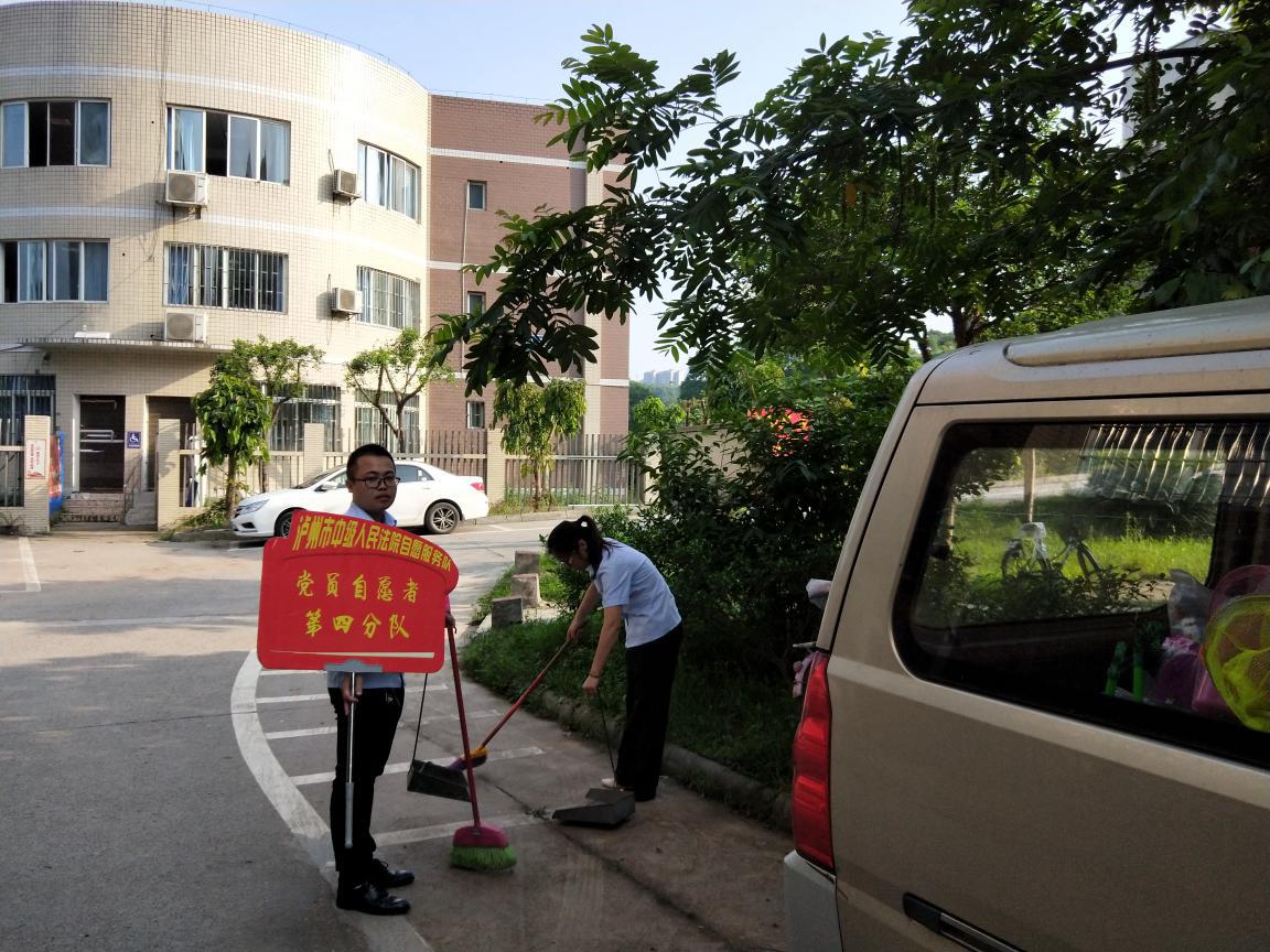 """四川:""""劳动光荣,快乐你我""""法院志愿者走张坝街道进桂圆林社区"""
