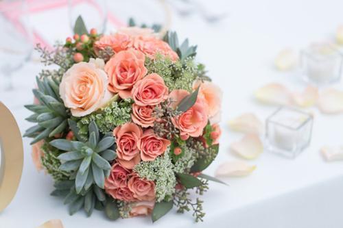 细心的新娘可以特别定制一大一小两束手捧花,大的手捧花可以有新娘捧着,方便婚礼跟拍与摄像.