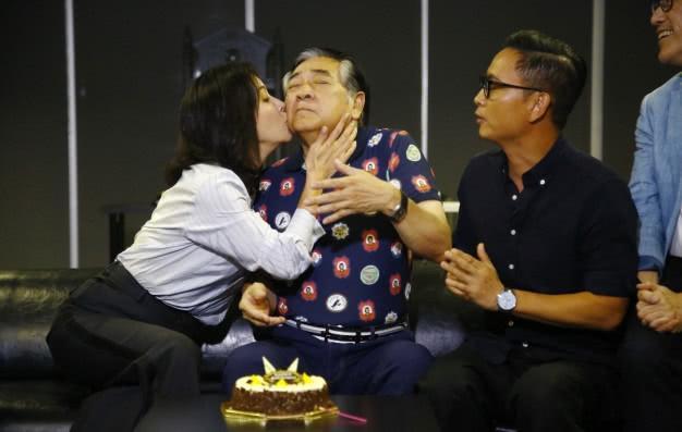 刘嘉玲搂抱秦沛献吻庆生 74岁paul哥老当益壮秀手臂肌肉