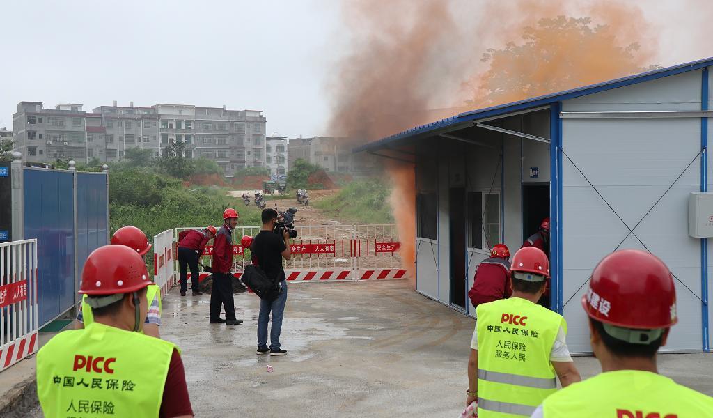演练现场图片之三:应急小组开展搜救,灭火行动