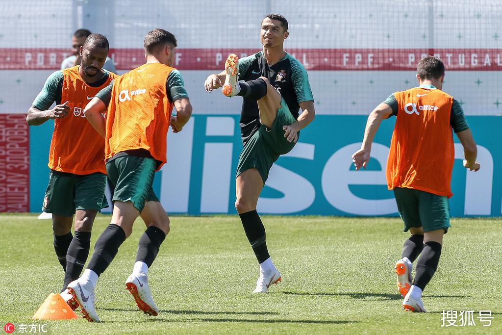 葡萄牙训练备战 c罗全神贯注抬腿高过队友肩膀图片