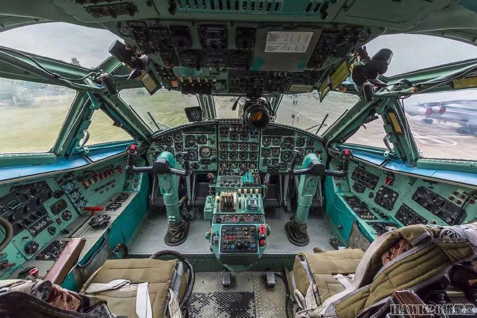 相比伊尔-76md的驾驶舱,安-22显得更加局促.