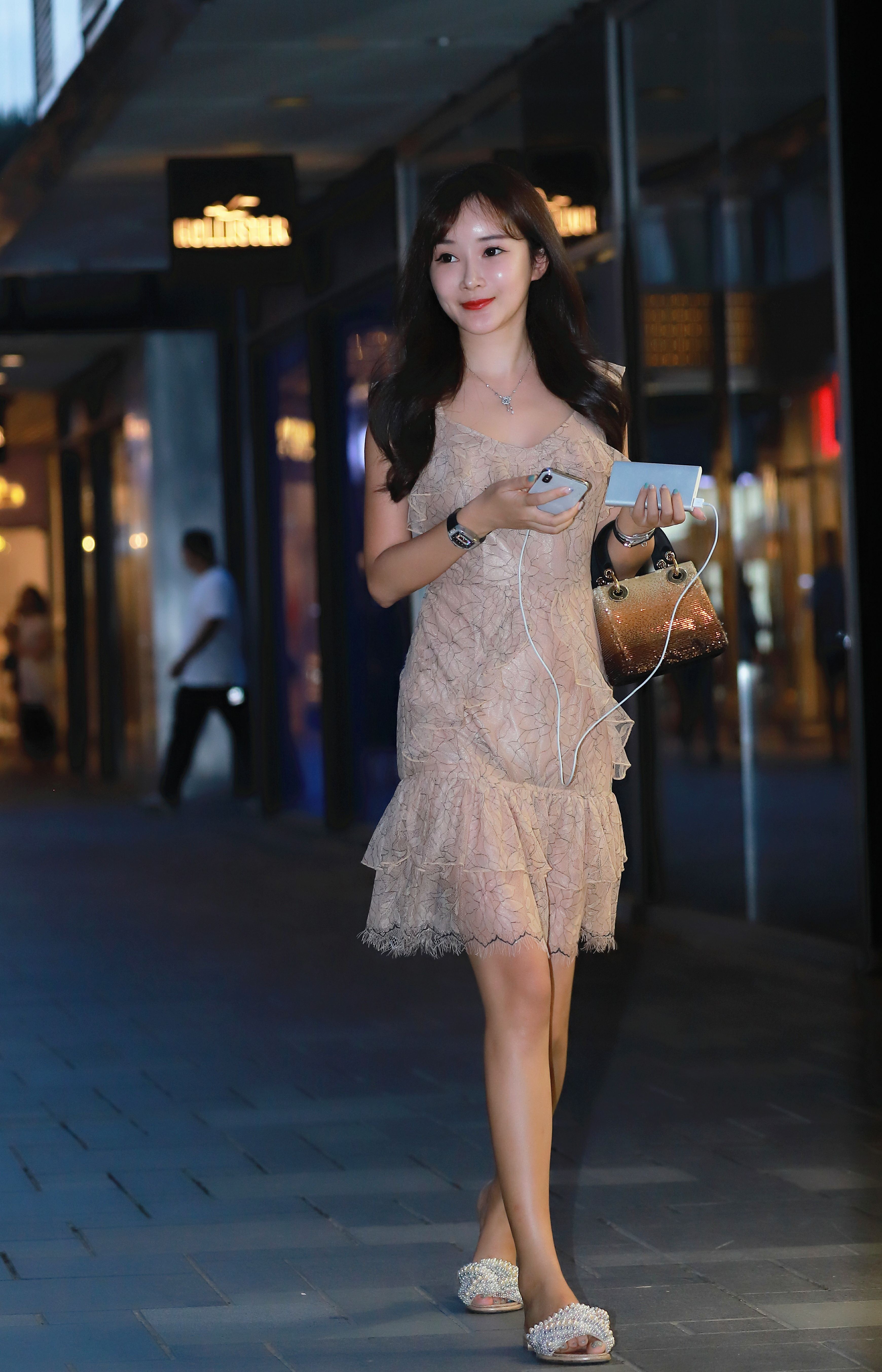 亚洲情色视频桃花淫荡_照片中,黄色连衣裙的这位姑娘面如桃花,乖巧可爱,你喜欢看吗?