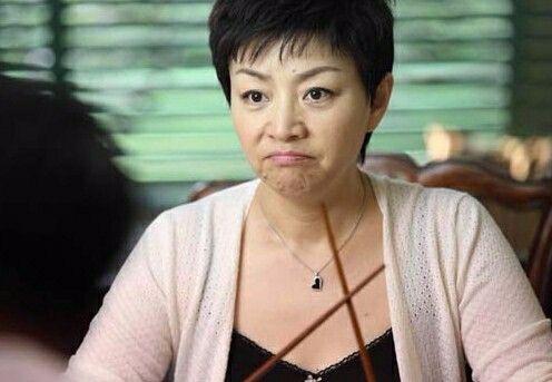 同样都是56岁的女人,宋丹丹美貌不如当年,而她却越活越年轻!