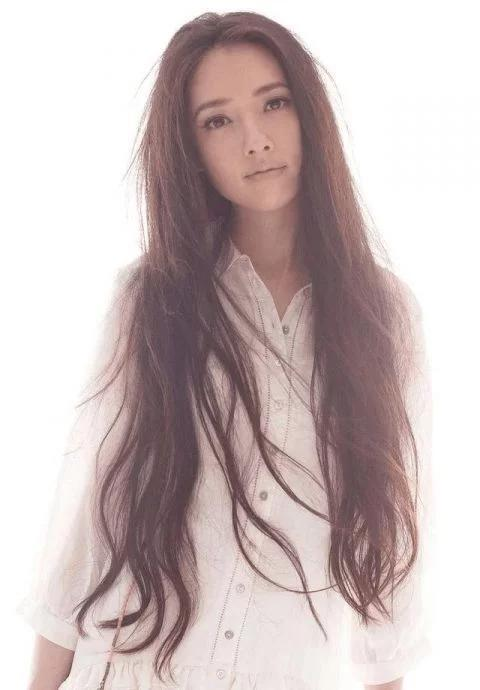 娱乐 正文  大家对她印象最深的就是那一头乌黑的长头发吧,似乎已经图片