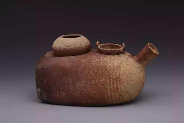东汉原始瓷灶   原始瓷界于陶和瓷之间,因其烧造的温度已远远超过陶器,因此非常坚硬.