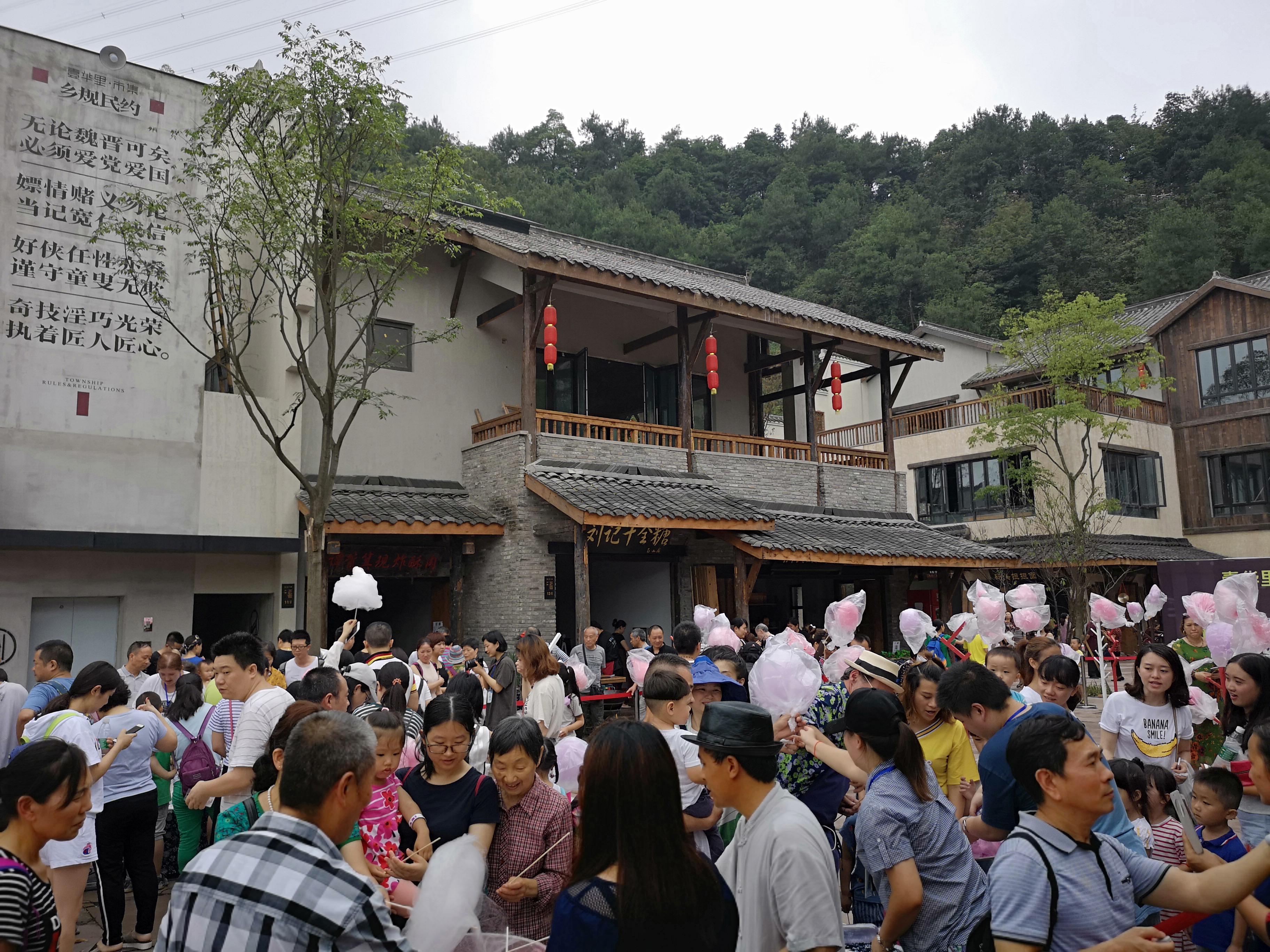 上百人参与制作!南山惊现重庆首个棉花糖森林