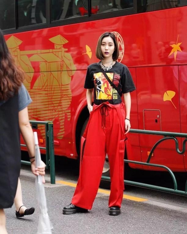 意淫网亚洲色�_蔡依林衣品飙升,斜穿T恤时髦性感,这年头的亚洲街头全是时尚怪