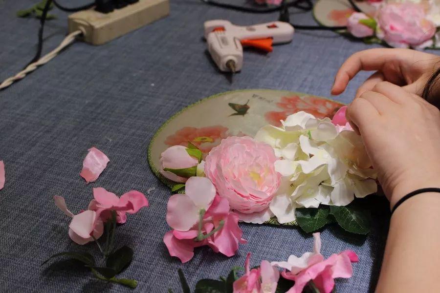 小爱老师首先为大家讲解v老师技巧和衣服扇面布局的一些布骤和绢花洗方法的步骤与团扇图片