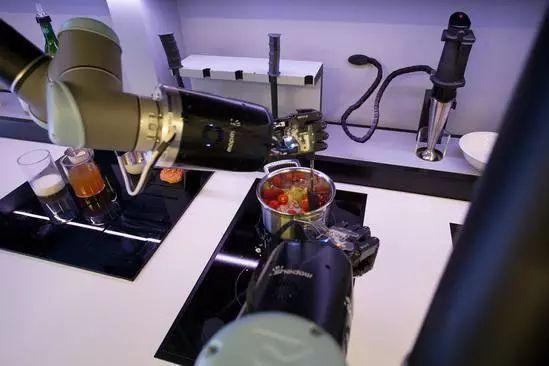 英国科技公司Moley Robotics 宣称将在2018 年推出一款全自动的烹饪机器人
