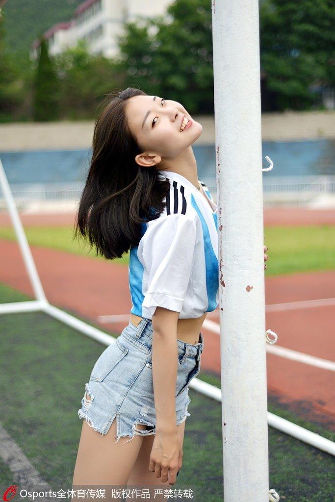 高清:足球宝贝拍写真助阵 阿根廷元素装扮俏皮可爱