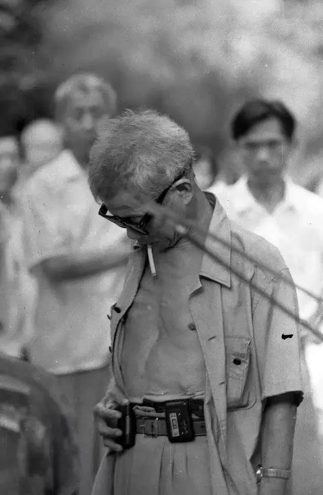 """1996年,在北湖公园一位市民手拿""""大哥大"""".图片"""