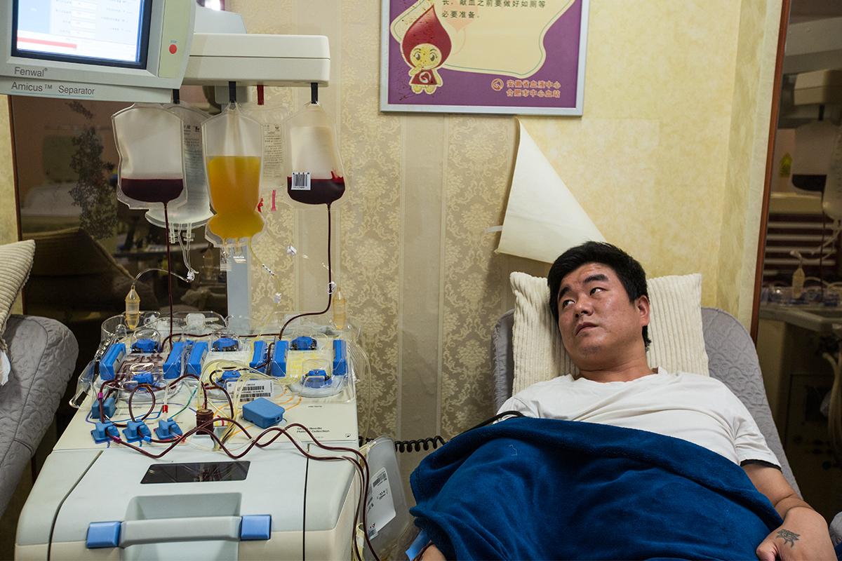 父亲6年为重病娃献血百余次为补血每天吃半斤花生却得脑梗塞