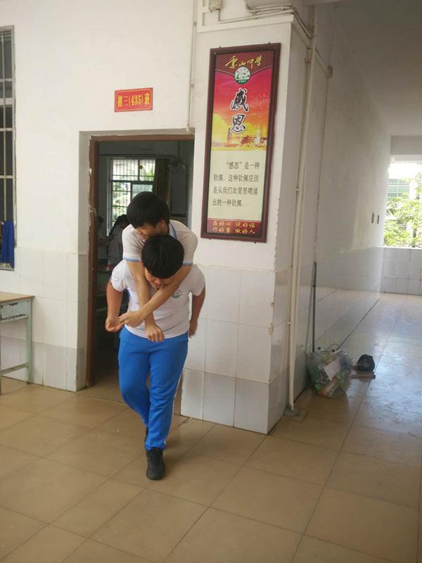 暖闻|肩膀上的兄弟情:海南一初三学生背截瘫同桌上下学3年