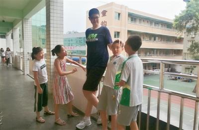 11岁男孩身高2.06米       他可能是全球最高小学生_图1-1
