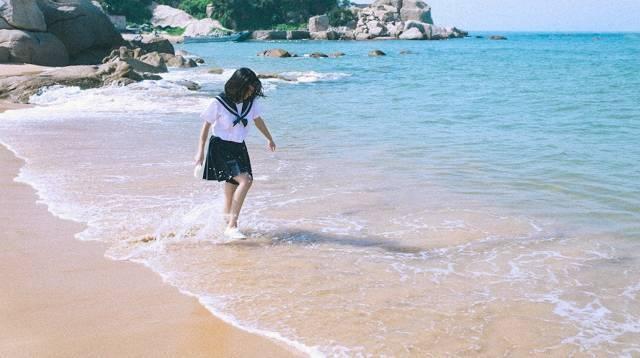 我的做法是让模特在沙滩奔跑,闭着眼感受海风,踩浪花嬉戏,全程抓拍.图片