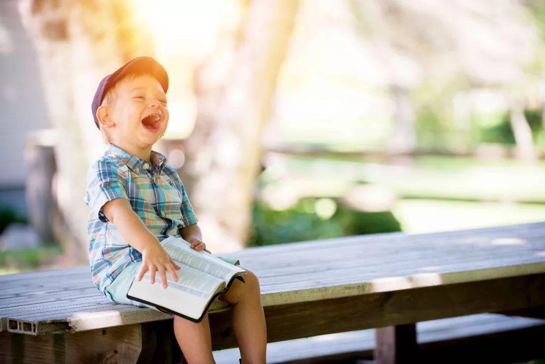 过于随便的赞美,有时候是一种洗脑,让父母慢慢相信了自己的孩子与众