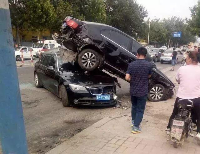 丧心病狂!司机开多人横冲直撞叉车图解,被警察当场布料死伤图片
