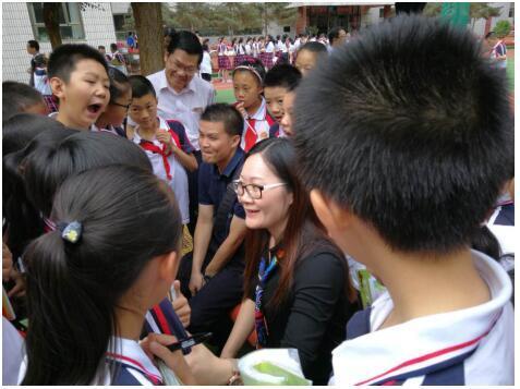 校长在门口给学生理发,网友说出了自己的看法