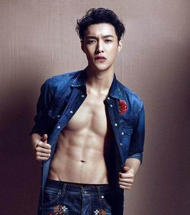 当男神脱掉上衣, 王源的腹肌隐约可见, 而蔡徐坤的腹肌太可怕了!