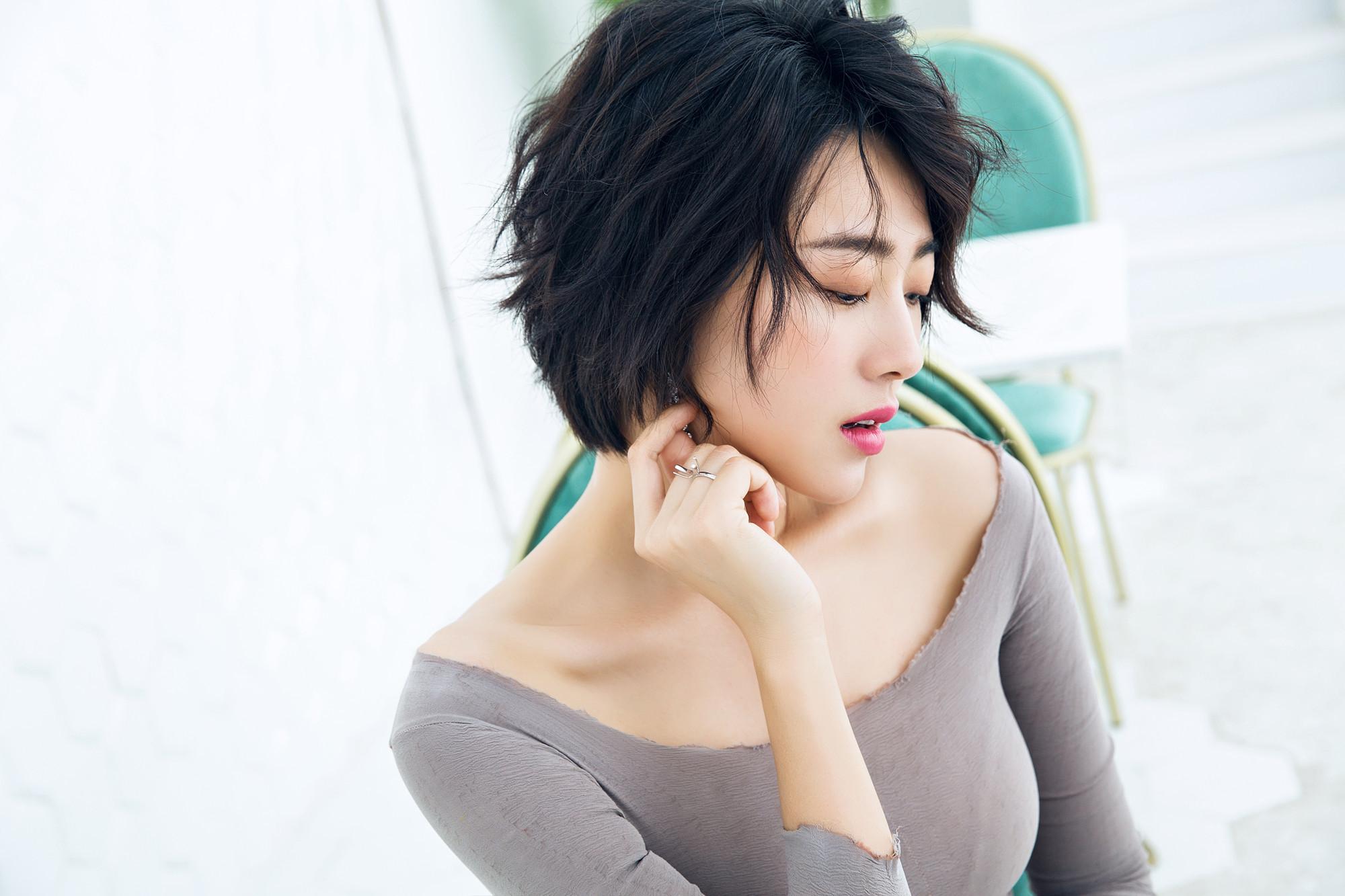 演员孟真俏丽短发妩媚动人灰色长裙..