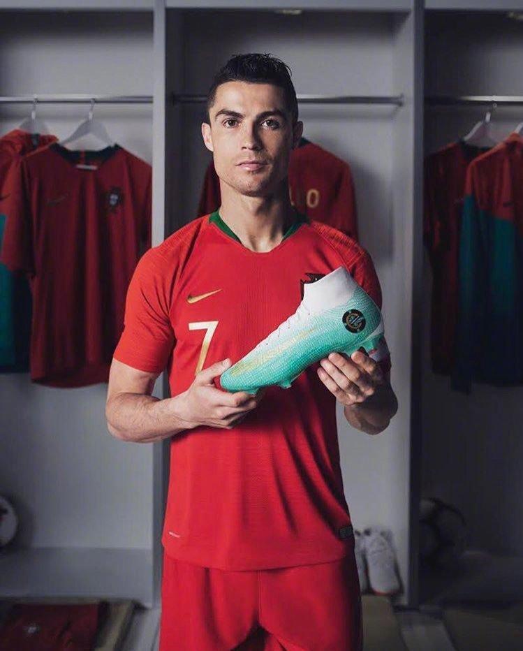 C罗世界杯18决赛穿最新球鞋亮相! 媒体称C罗=苏神+卡瓦尼之和