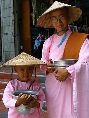 色尼姑亚洲囹�a�l#�+_有意思的是,僧侣着装色彩是紫红色,尼姑的着装是粉红色,小沙弥则是纯