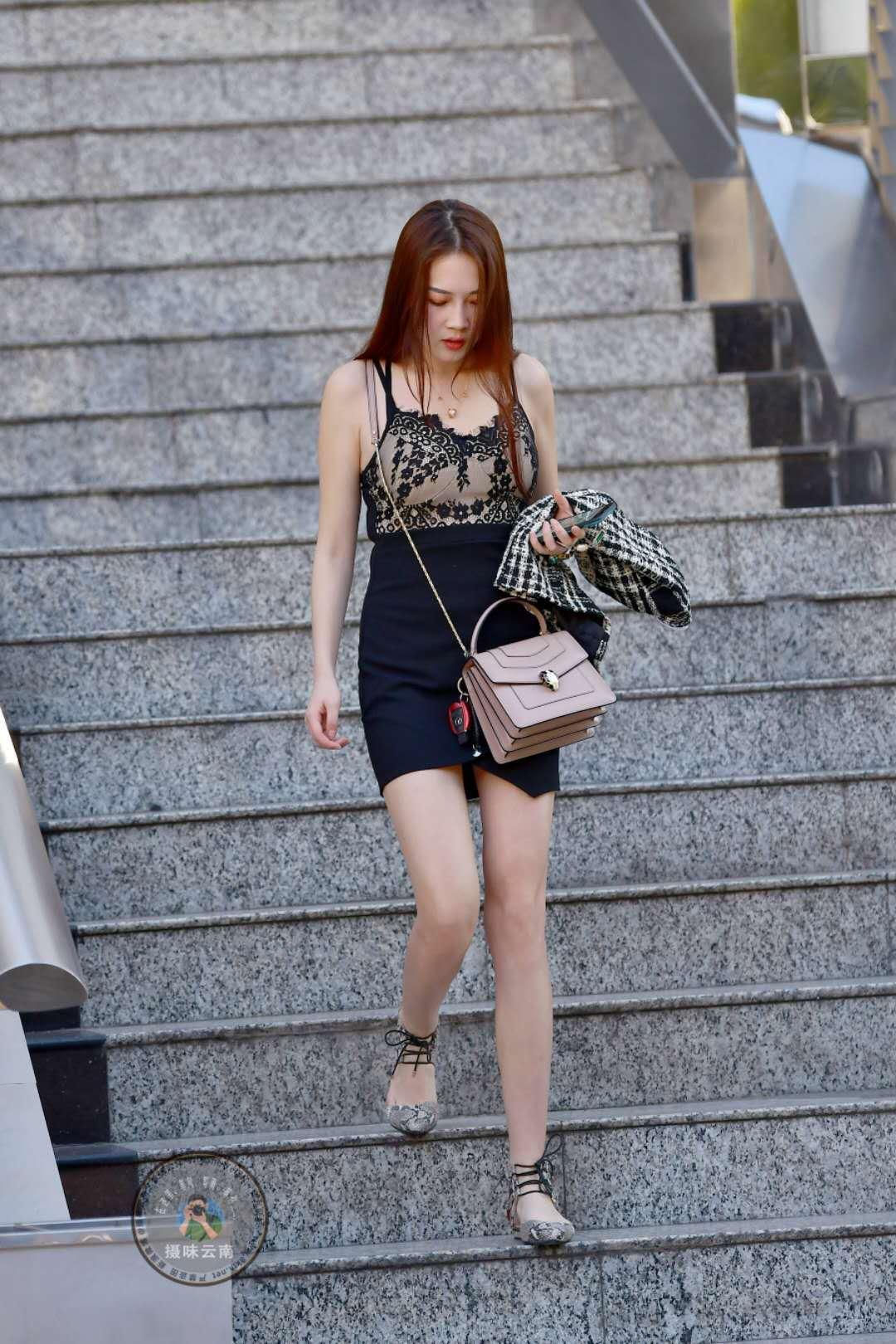 紧身吊带_街拍:美女黑色紧身裙搭配吊带上衣,蕾丝穿搭清凉一夏