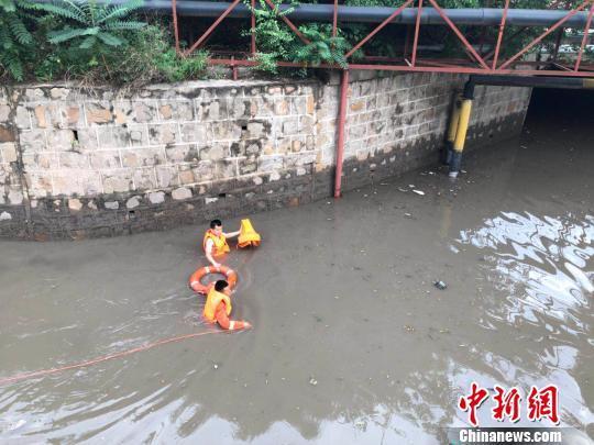 车辆涉水被困 消防员咬着救生衣游泳解救
