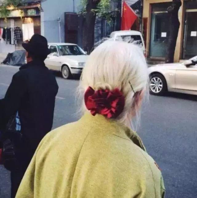 北京街头遇到的一位老奶奶,   一看背影就知道是个很美的姑娘,   白发