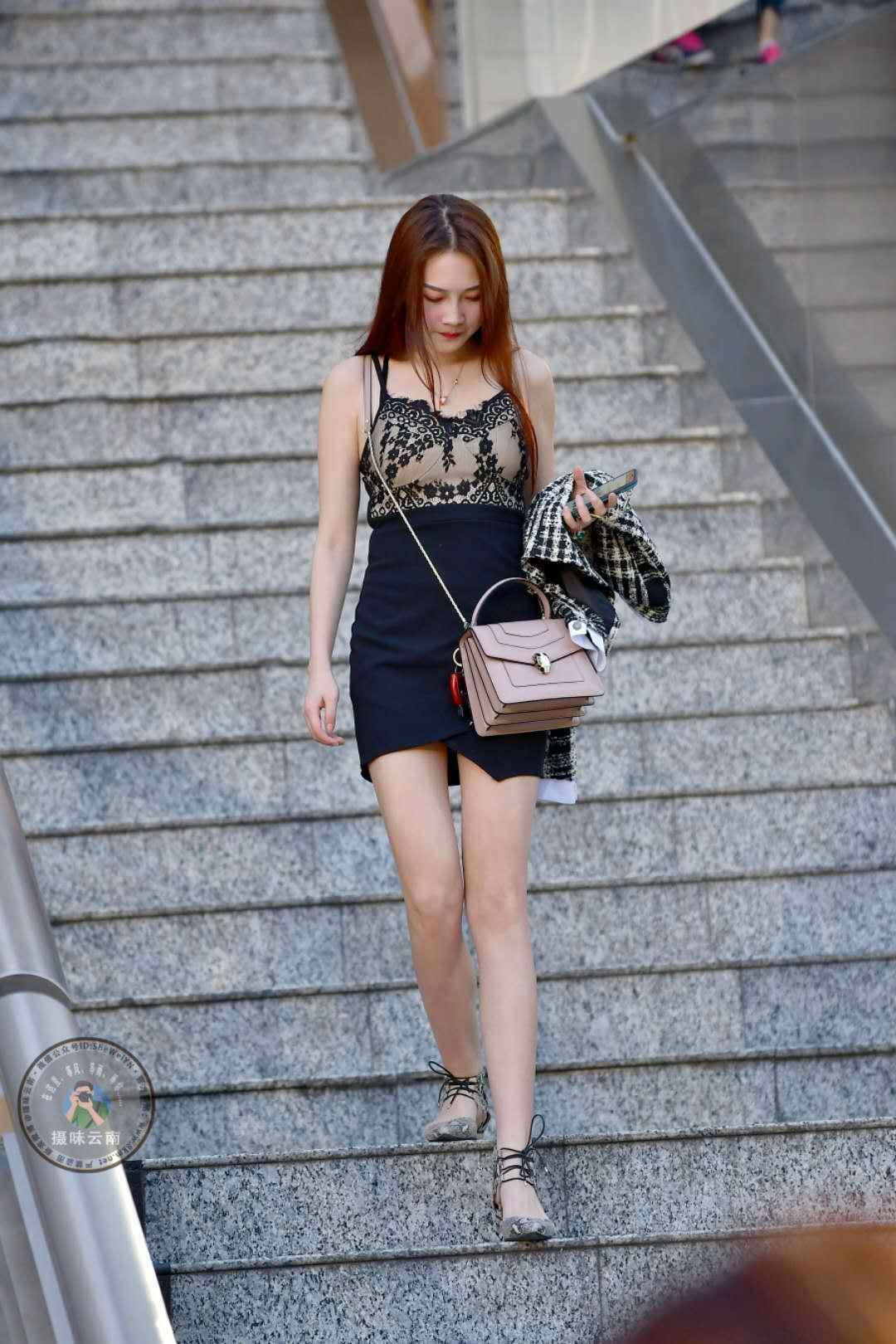 冬季黑色包臀裙搭配_街拍:美女黑色紧身裙搭配吊带上衣,蕾丝穿搭清凉一夏