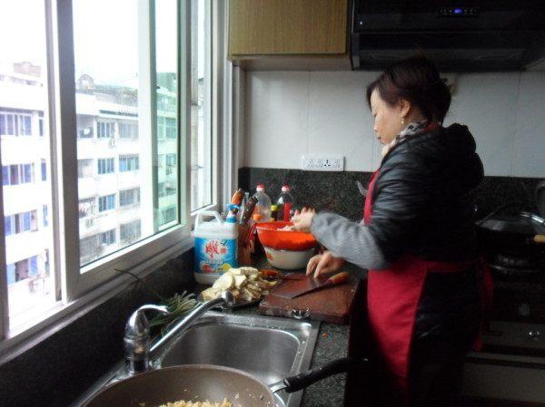 小产后自己买菜,半夜厨房有人做饭,瞥了13岁小姑一眼,我砸了锅