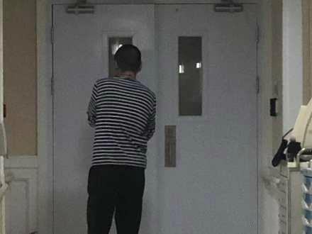 网友医院偶遇陈建斌 产房外来回踱步看起来有些紧张