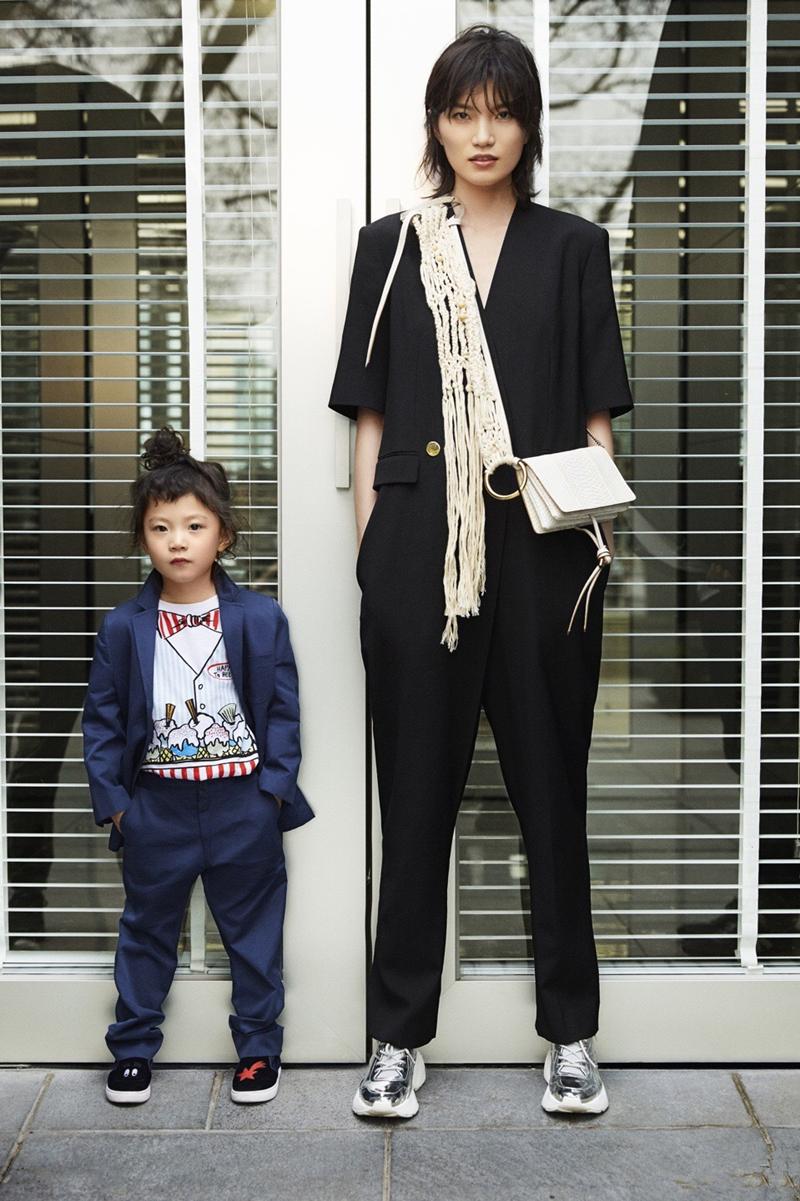 李丹妮和女儿演绎高段位亲子装,四岁萌娃气质一点不输超模妈妈
