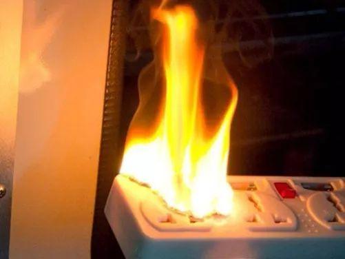 同时插上这三样电器 插座温度飙至276℃!还敢往