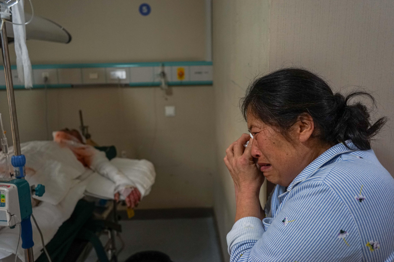 10岁娃做早餐引大火,单亲爸火海救女3人重伤,拄拐老太流泪守仨病房