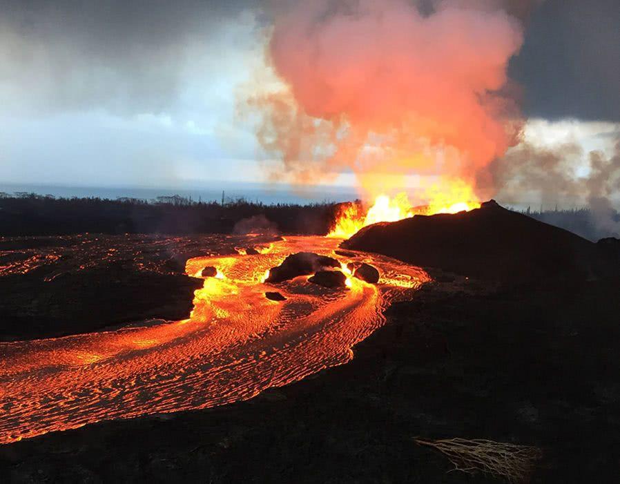 夏威夷火山爆发!基拉韦厄的火山灰和熔岩现在已经变成