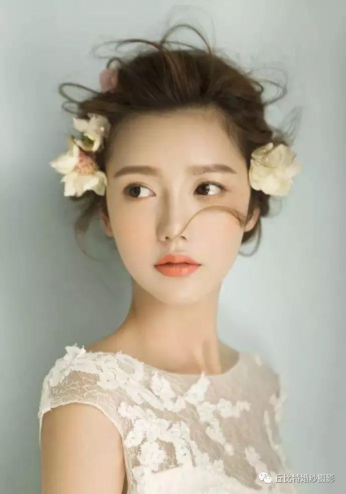 轻氧美人妆面配上仙气的盘发, 小花点缀下的新娘,温婉,清透,恬静 —图片