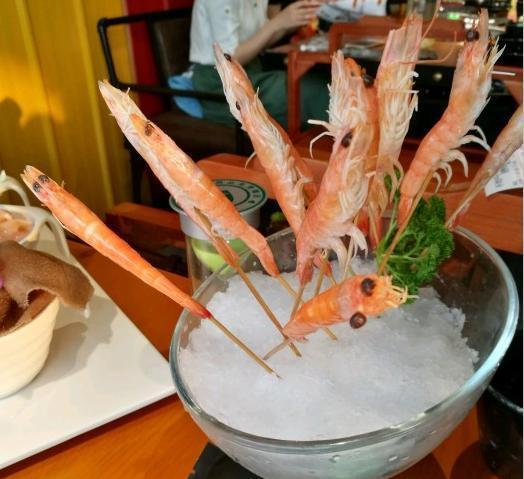 并提升顾客的用餐体验,这家牛蛙火锅店通过精美的摆盘方式来提升菜品