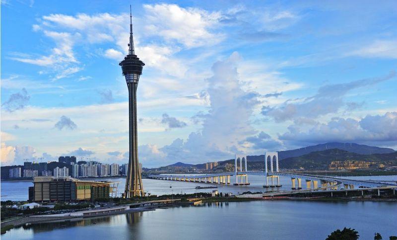 在澳门游玩观光塔 不可错过的肯定是233米的世界最高蹦极 也可以徒手