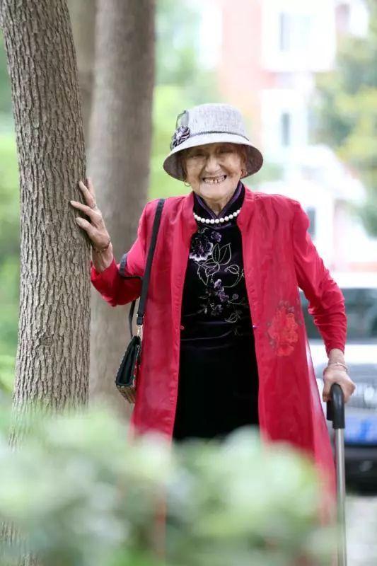 如皋这个百岁老人气场不输明星!女王范儿十足