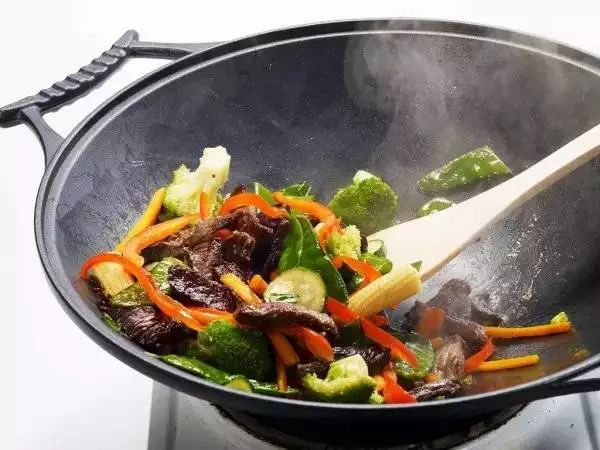 【组图】实用│炒菜时这样操作,油就不会溅出锅外了!