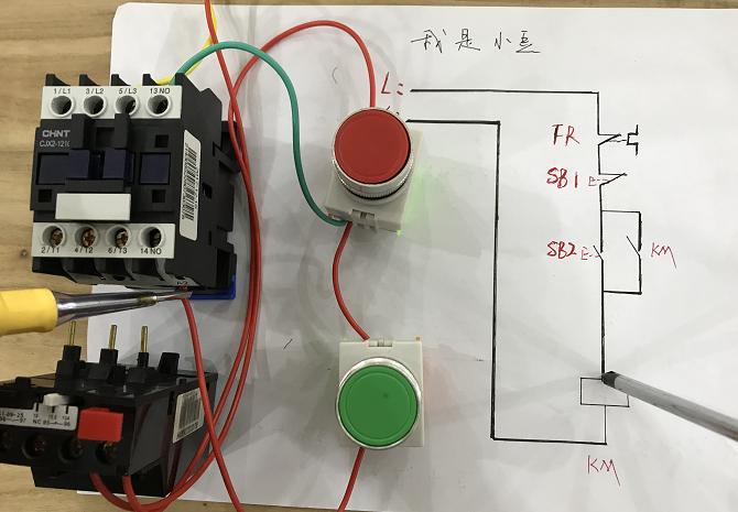 启动按钮出来一根线进接触器线圈,(a2)