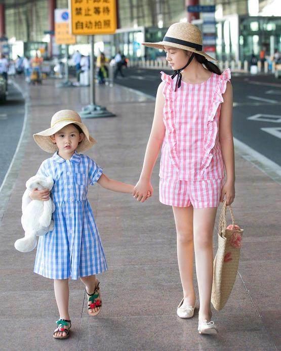 同样是12岁,多多和李嫣参加巴黎时装,晒出机场照却差距太多!