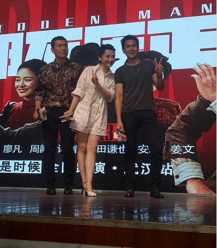 许晴身高_娱乐 正文  49岁许晴太会穿,跟身高180的彭于晏比腿长竟也不输!
