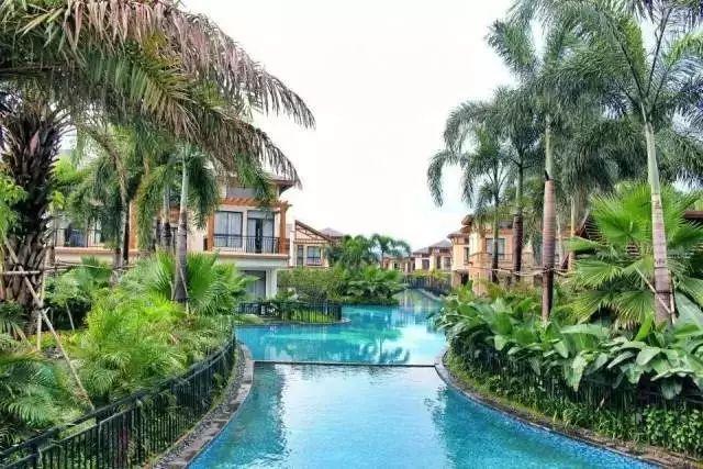 别墅与别墅间的水道纵横,整个酒店就像是一个人造版的现代威尼斯,别有