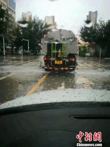 青海西宁洒水车雨天洒水遭质疑 官方回应: